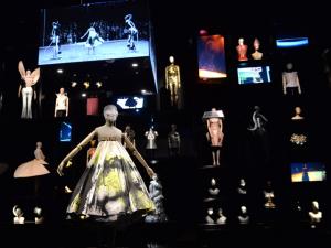 Exposições pelo mundo traçam vida e obra de nomes da música, moda e arte
