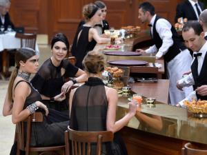 """Lagerfeld arma encontro no """"Brasserie Gabrielle"""" no inverno da Chanel"""