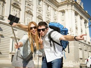 Palácio de Versailles e National Gallery proíbem o uso do pau de selfie. Quem mais?