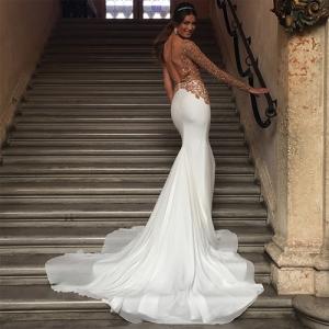 Juliana Imai se casa em palácio com vestido bordado em ouro