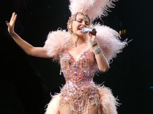 Kylie Minogue doa figurinos de suas turnês para exposição permanente