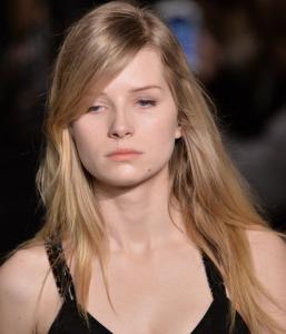 Irmã de Kate Moss, Lottie faz seu début nas passarelas em Paris