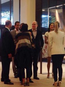 Príncipe Albert de Mônaco passeando por shopping em São Paulo