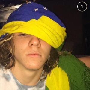 Rocco Ritchie provoca seguidores no Insta com piada verde e amarela