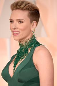 Scarlett Johansson e seu ear cuff da nova coleção da Piaget