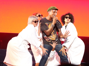 Pharrell Williams fecha o Lollapalooza mostrando que sabe ser sexy