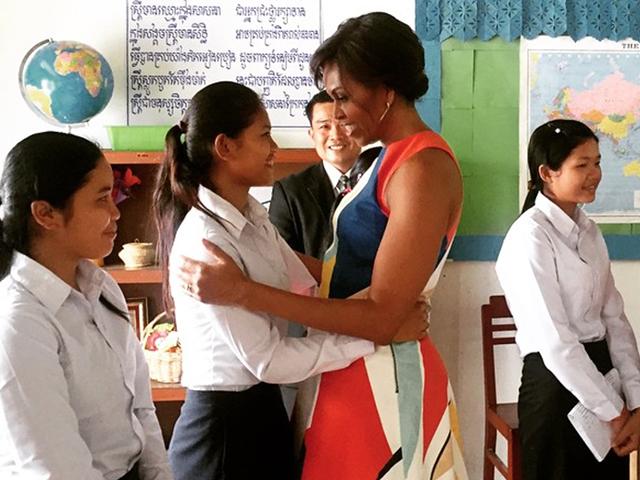 Michelle Obama ao lado de estudante no Camboja || Créditos: Reprodução Instagram