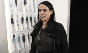 Gloria Coelho emana energias positivas no catwalk