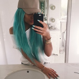 Kylie Jenner ousa no visual e aparece com cabelo azul