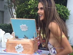 Alessandra Ambrósio apaga velinhas rodeada de amigas no Coachella