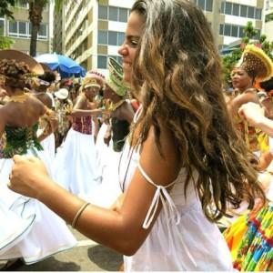 Lá vem ela, Clara, filha de Helena Buarque de Holanda e Carlinhos Brown