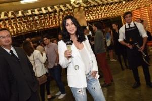 Diva no sentido máximo da palavra, Cher curte SP abraçando os fãs