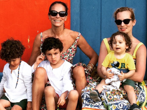 Andrea Dellal em dias de dolce far niente na Bahia com os netos
