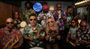 "Em versão funny, Madonna canta ""Holiday"" com Jimmy Fallon e os The Roots"