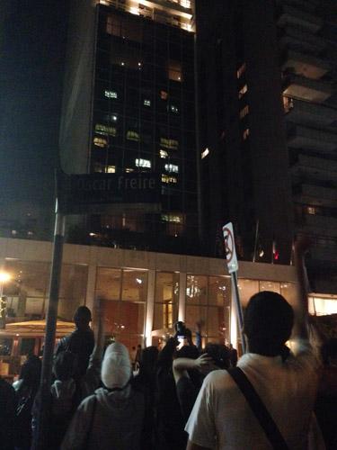 Cher, Cher, Cher gritam os fãs na porta do Emiliano || Créditos: Glamurama