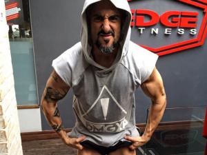 Com rotina de fisiculturista, Marcos Mion exibe pernas torneadas