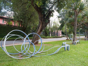 Praça revitalizada ganha banco de artista plástico com 33 m nos Jardins