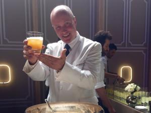 Bartender do Ritz Paris dá rasante em SP. Aprenda a fazer um drink!