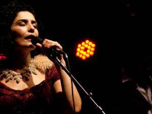 Letícia Sabatella canta ao lado do marido em projeto autoral