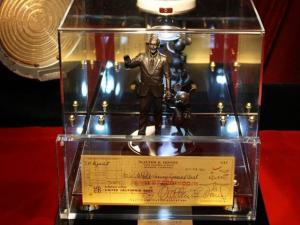 Alô, colecionador: cheque assinado por Walt Disney está à venda