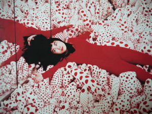 Yayoi Kusama é eleita a artista viva mais popular da atualidade