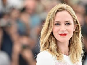 Abaixo o salto alto… Emily Blunt critica dress code de Cannes!