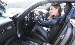 Claudia Leitte tem aula de direção by Mercedes-Benz em evento só para elas