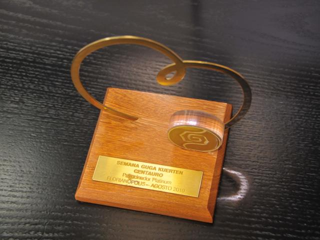 Prêmio dado à empresa que enfeita uma vitrine no térreo do prédio do Grupo SBF || Créditos: Luisa Santosa