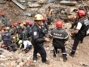 Panasonic envia enxurrada de pilhas e lanternas para o Nepal