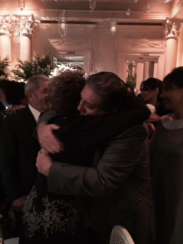 O abraço de Dilma Rousseff e João de Deus || Créditos: Glamurama