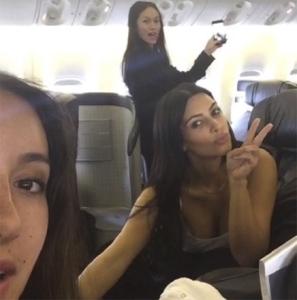 Kim Kardashian aterrissa em São Paulo sem o marido, mas com entourage