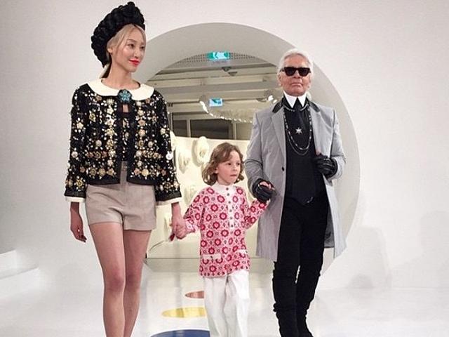 Karl Lagerfeld no fim do desfile da Chanel, em Seul