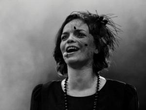As dores e delícias de viver Piaf no teatro? Anne Carrere entrega!