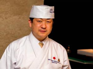 Mestres do sushi preparam jantar a quatro mãos em SP