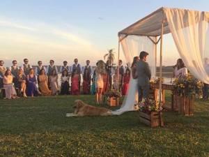 Descalços, Carol Macea e Guilherme Meirelles se casam no interior de SP