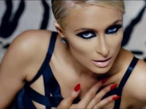 Em novo clipe, Paris Hilton mostra que ainda sabe ser sexy