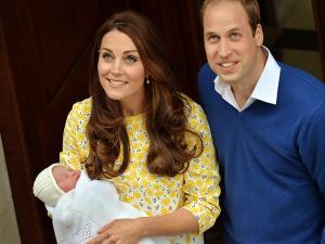 Príncipe William e Kate Middleton deixam hospital com princesinha