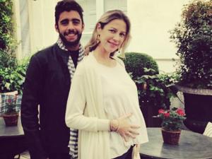 Luana Piovani revela barriguinha grávida de gêmeos em Paris