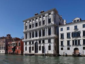 Abertura da Fondazione Prada em Veneza acaba na água. Entenda!