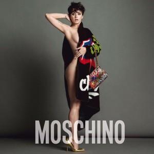 Katy Perry divulga novo clique ousado para campanha da Moschino