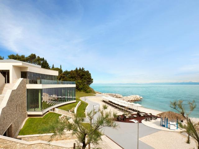 Localizado na costa croata, o hotel é o primeiro cinco estrelas no país e possui além de spa resort, um campo de golfe. A vista é para o mar Adriático e está localizado na região de Ístria, o coração do lugar. O lugar perfeito na Croácia. || Crédito: Divulgação