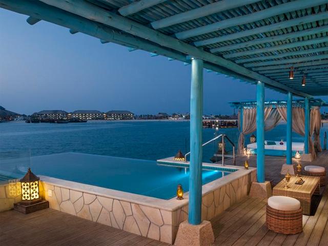 Na capital do Qatar e na pequena ilha de Doha o hotel conta com uma praia privada de 800 metros, marina para até 30 barcos e aulas de mergulho para os mais corajosos. || Crédito: Divulgação