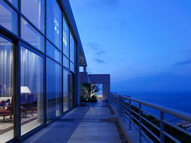 O hotel, que é um dos marcos de Beirut, possui coleção de arte própria e foi o primeiro a dar oportunidade para jovens talentos por lá. Além da vista - incrível - ele ainda conta com duas piscinas, restaurantes e lojas. || Crédito: Divulgação