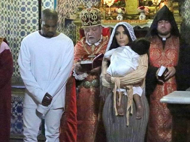 Kim Kardashian e Kanye West no batizado de North West  ||  Créditos: Reprodução Instagram