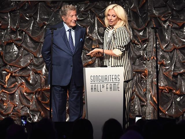 Tony Bennet e Lady Gaga no palco da premiação  ||  Créditos: Getty Images