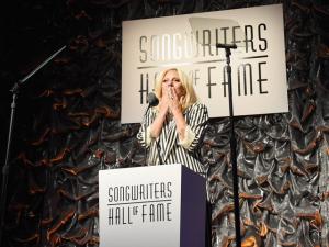 Lady Gaga recebe prêmio de ícone pop das mãos de Tony Bennet