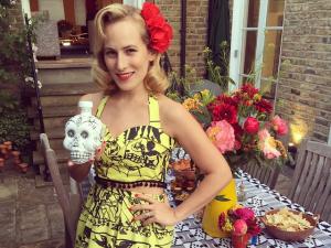 Charlotte Dellal apaga velinhas com festa mexicana em Londres