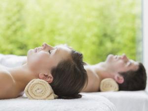 Que tal aprender a fazer massagem a dois? Cola aqui!
