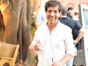 Ricardo Almeida veste glamurettes para a festa de 15 anos do Glamurama. Vem saber!