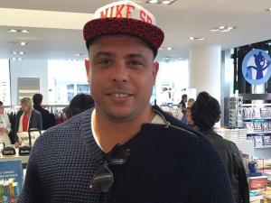 Ronaldo vai às compras em Paris e é clicado na Colette. Espia só!